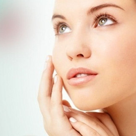Bellezza viso in estate: ecco come prevenire brufoli e pelle lucida