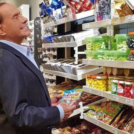 Berlusconi in autogrill: le foto mentre sceglie i regali per i nipoti