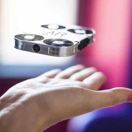 """Arriva il selfie """"volante"""": AirSelfie, un piccolo drone che fotografa in volo"""