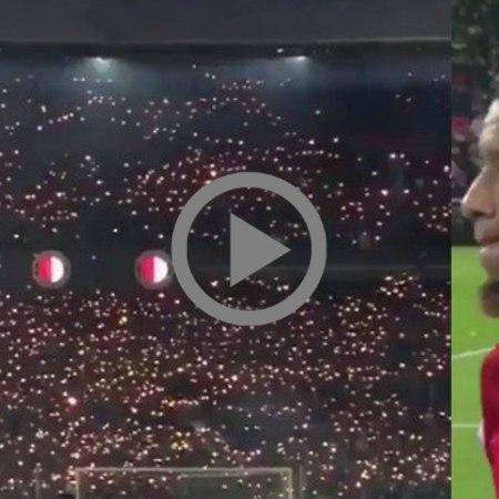Il commovente tributo dei tifosi al calciatore che ha perso da poco la madre