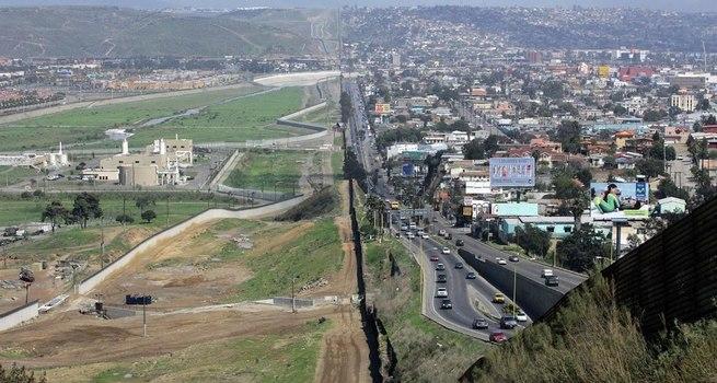 """Trump dà il via libera ai prototipi per la costruzione del muro """"anti-scalata"""" in Messico"""